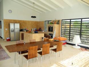 Villa Vincent Dinner Table